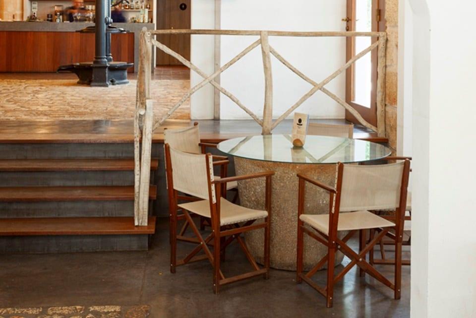 Muela de molino antiguo en forma de mesa de cafetería