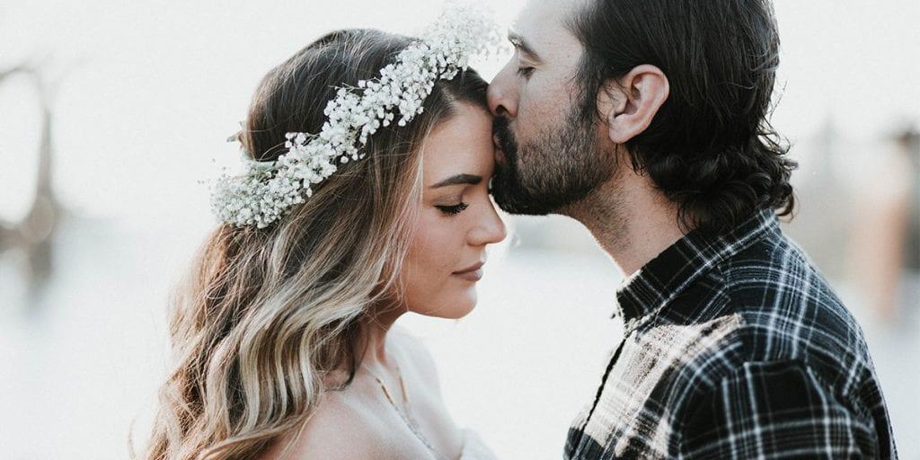 Pareja besándose en su boda