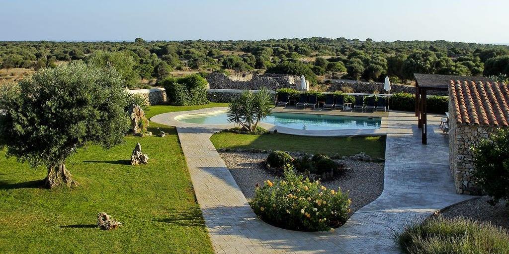 La casa rural Llucalari Nou se encuentra en una finca ganadera y a menos de 2km de la playa