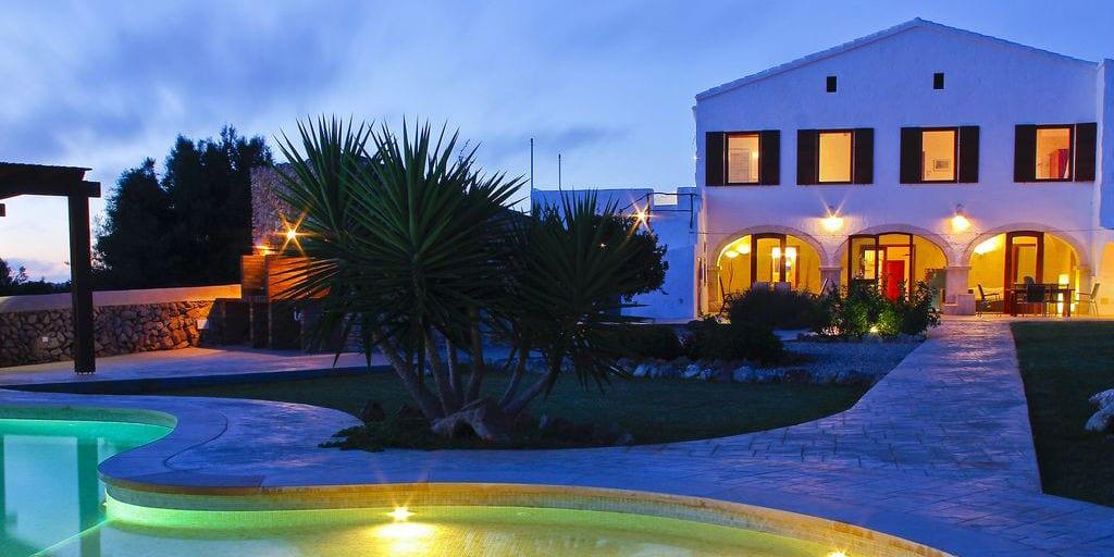 Los jardines exteriores de la finca y la piscina ofrecen un entorno increíble para las celebraciones al aire libre