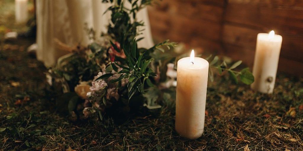 Deja que la luz de las velas y antorchas le den a tu boda un aspecto más natural