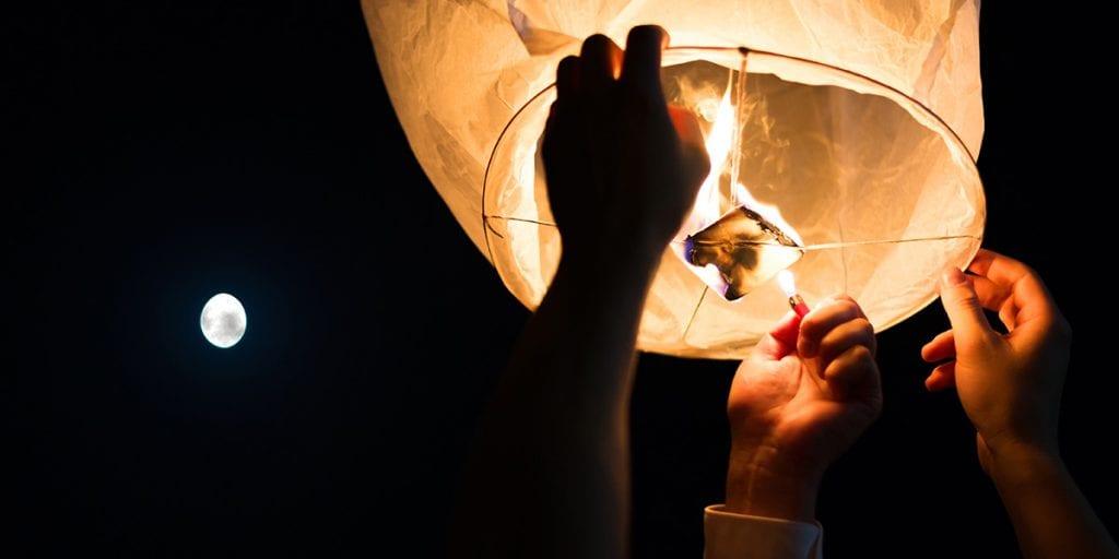 Escribid vuestros deseos y hacedlos volar en linternas de papel. ¡Será una imagen para el recuerdo!