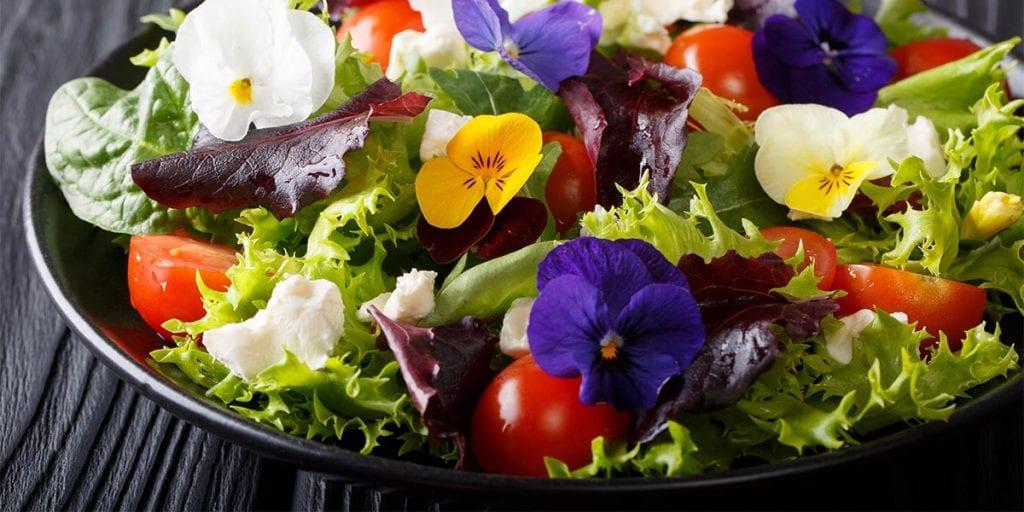 Tu boda primaveral viene cargada de flores frescas que podréis saborear en todos los platos del banquete