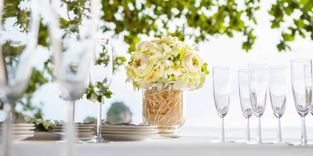 El color blanco predominará el día de tu boda para que refleje la luz del sol mediterráneo