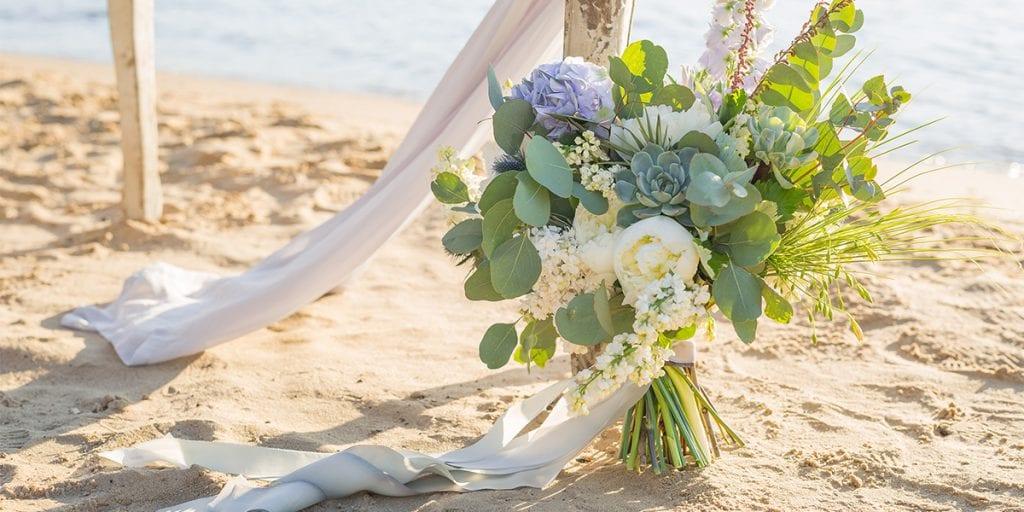 La ceremonia la celebraréis en la playa, y todos tus invitados irán vestidos de blanco