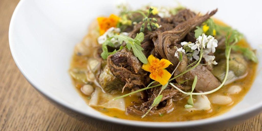Para los que elijan carne, tenemos cordero estofado con begonia y moringa de plato principal