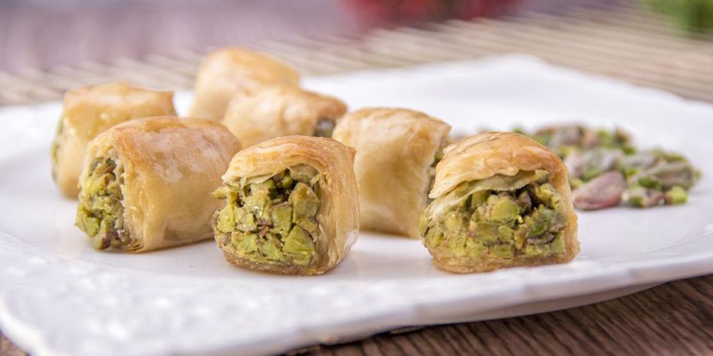 El baklava es un pastel libanés hecho de pasta filo, nueces y sirope de miel
