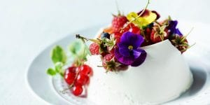 Y de postre, más flores. Disfruta de nuestra panna cotta de violetas con frutas del bosque