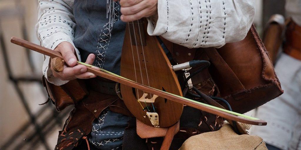 Prepara una lista de canciones inspiradas en la Edad Media, o contrata a un grupo que toque este peculiar estilo