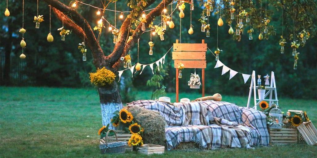 Convierte un árbol en un rincón acogedor con un poco de decoración
