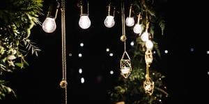 Jugad con las luces y las sombras en todos los aspectos de la decoración de tu boda, y presta especial atención en la iluminación de los espacios abiertos