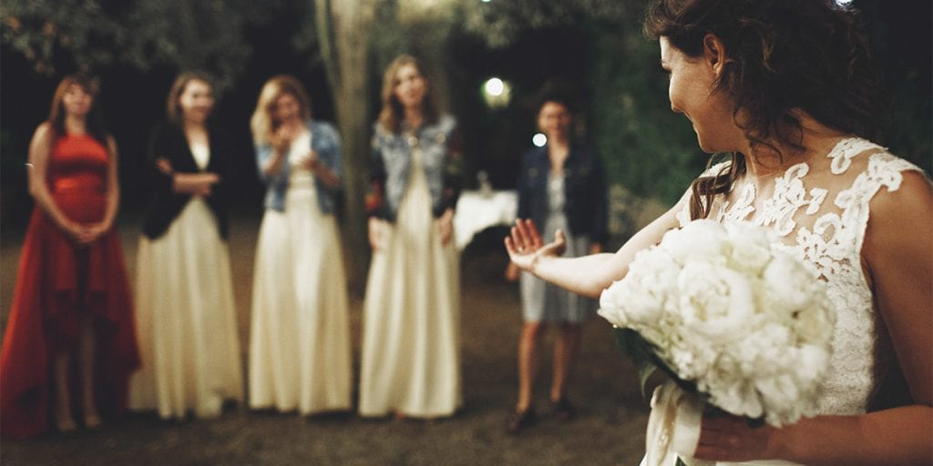 Al tirar su ramo a las invitadas, la novia pretende compartir su felicidad con la mujer que lo coja