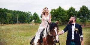 Llega a la cermonia a lomos de un caballo de raza menorquina o sobre una bicicleta