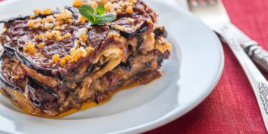 La parmigiana di melanzane es una especie de lasaña siciliana en la que sustituye la pasta por rodajas de berenjena