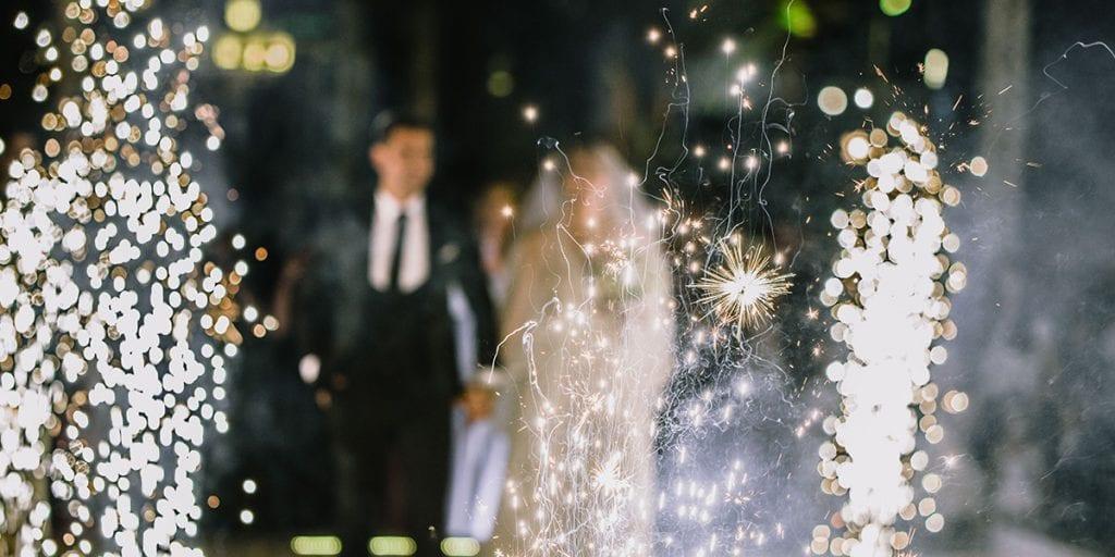 En lugar del clásico arroz, repartid bengalas entre vuestros invitados para que os hagan brillar al salir de la ceremonia