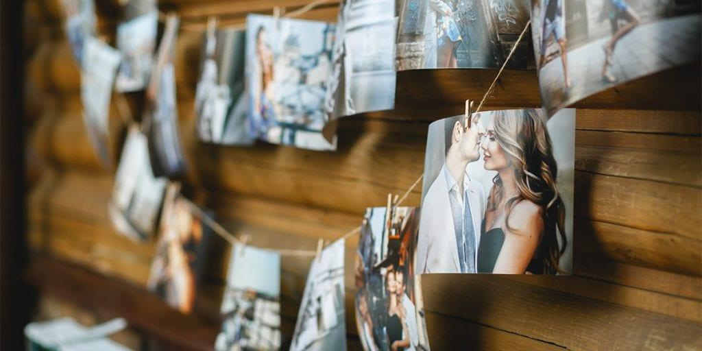 Con ayuda de una Polaroid, imprime las fotos y colócalas en un mural