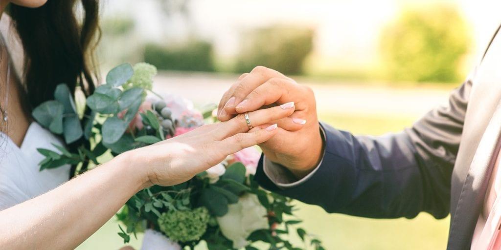 Las alianzas son el símbolo del compromiso eterno entre los recién casados