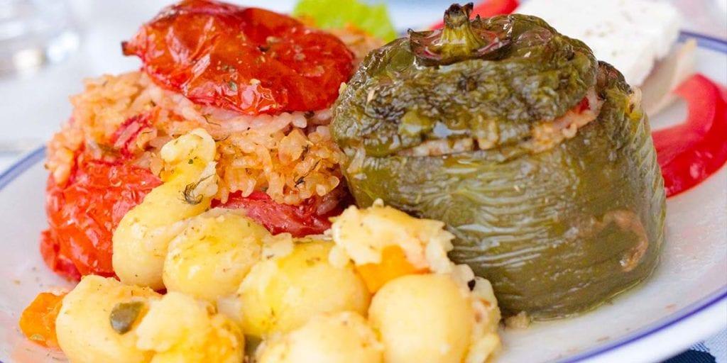 La gemistá y la moussaka son platos tradicionales griegos basados en verduras