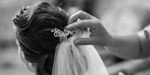 La novia debe ir con vestido blanco y cola, y el velo dará un toque aún más tradicional
