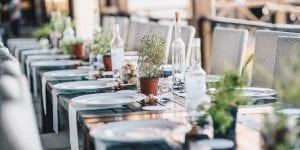 Utiliza objetos reciclados y flores locales para la decoración de tu boda