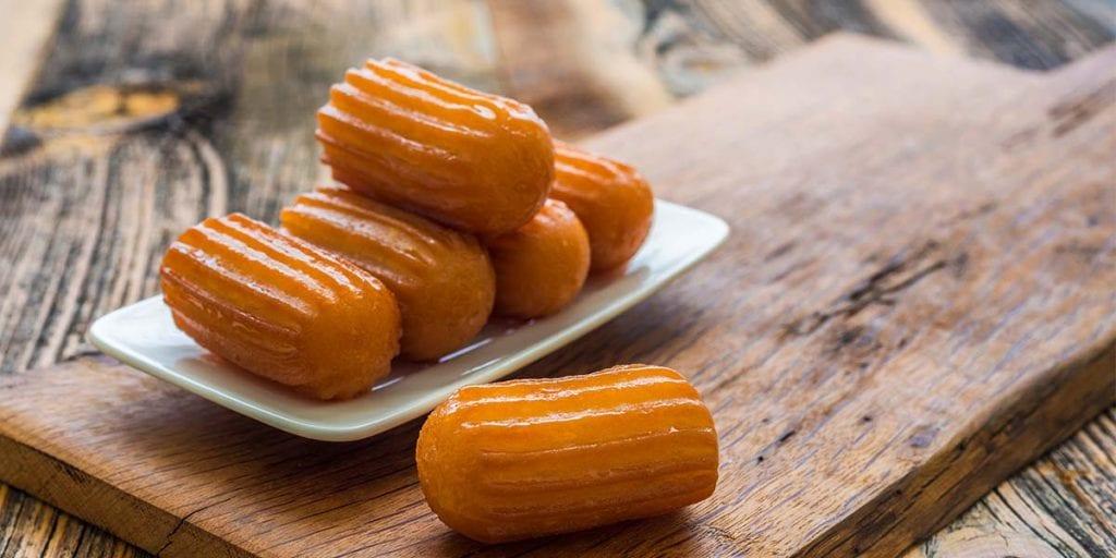 La gastronomía de Grecia está muy influenciada por la turca, y presenta una gran variedad de dulces y pastas