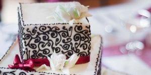 Una tarta de formas divertidas puede ser una opción para romper moldes con tu celebración