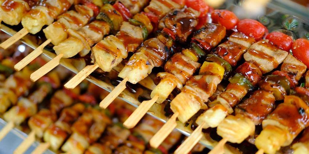 Podemos disfrutar de brochetas de carne y marisco, mini magdalenas de queso azul o piruletas de gamba, entre otros.