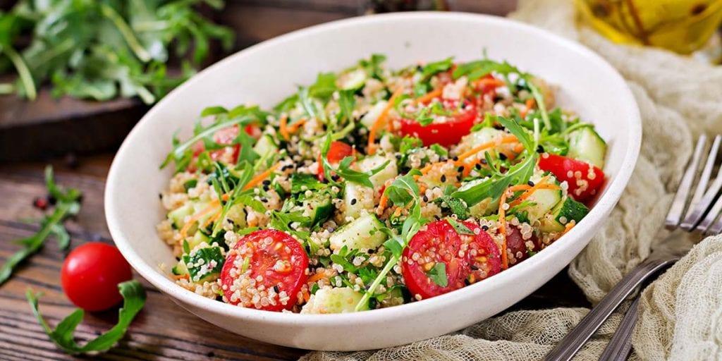 La segunda receta que prepararemos es una ensalada de quinoa, un pseudocereal que se cultiva principalmente en Sudamérica. Es uno de los considerados superalimentos.