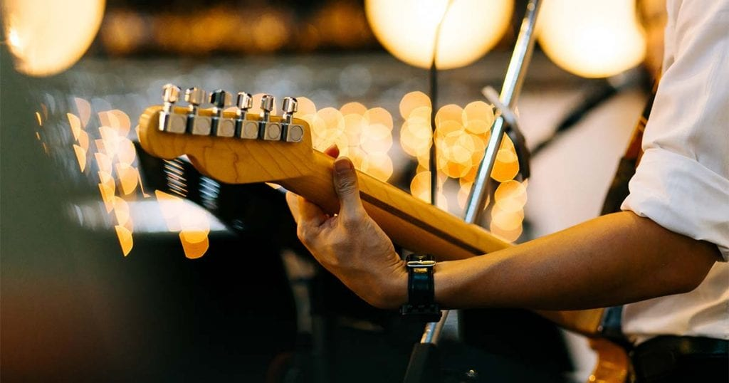 Para hacer la velada todavía más especial, puedes contratar un grupo de música en directo que amenice la comida con música suave.