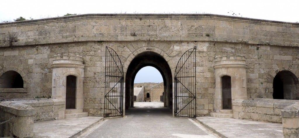 La Fortaleza de La Mola, situada junto a la entrada al puerto de Mahón, ofrece unas maravillosas vistas hacia él y hacia el mar Mediterráneo.