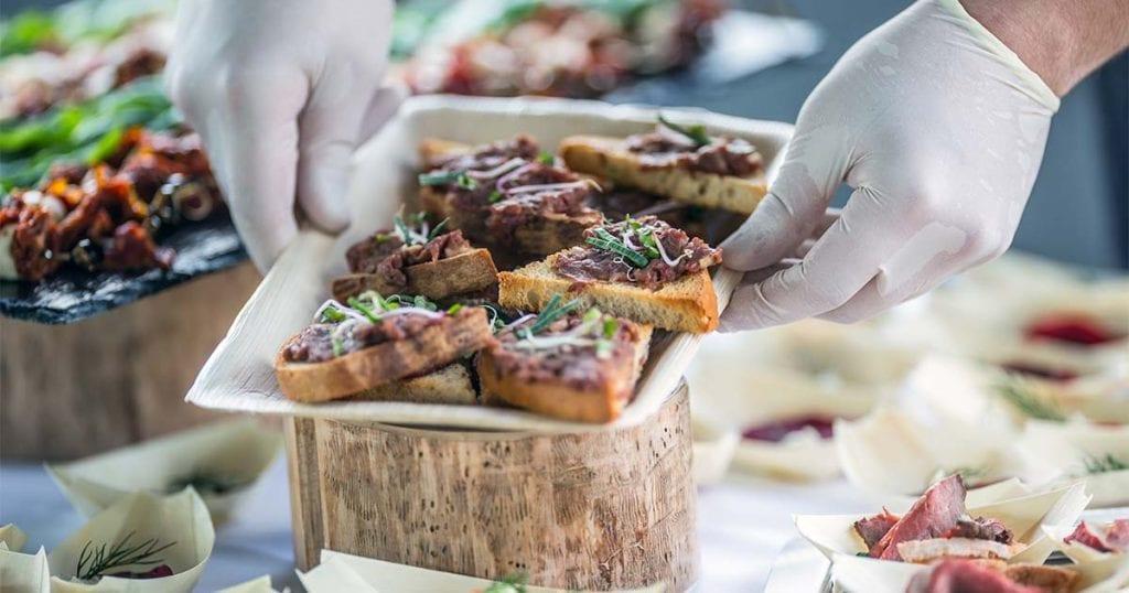 Plantéate incluso prescindir por completo de las mesas, y servir toda la comida de pie a modo de finger food.