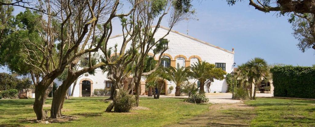 En el extremo noroeste de la isla, muy cerca de Cala Morell y de las playas vírgenes de Algaiarens, se encuentra la Finca Biniatram en un entorno natural único.