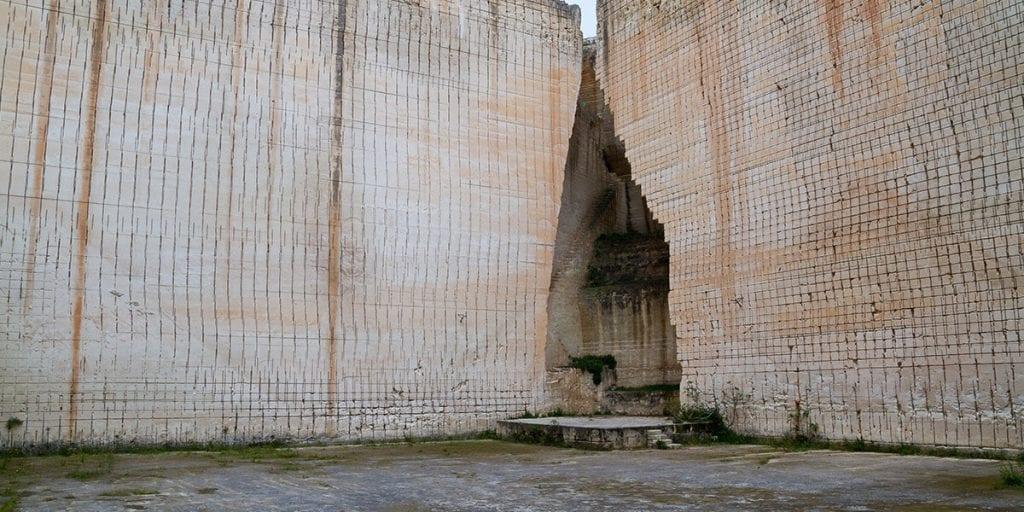 La aparente frialdad de las paredes rectas de piedra crearán un mágico contraste con la calidez de la ceremonia y los invitados, haciéndoos sentir por un momento que no hay vida más allá de los grandes muros de piedra.