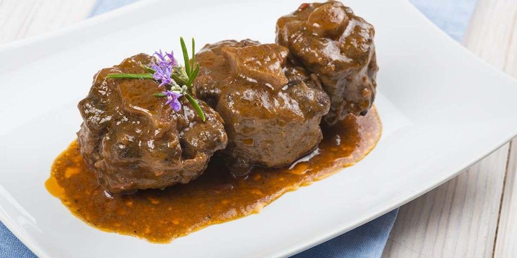 Una buena opción para los platos de carne es cocinarla lentamente con verduras, frutas o especias que realcen su sabor