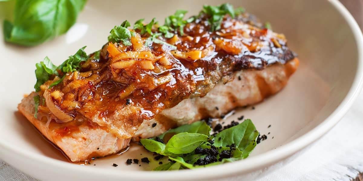 Si existe un pescado versátil con el que puedes elaborar platos de toda índole, ése es el salmón.
