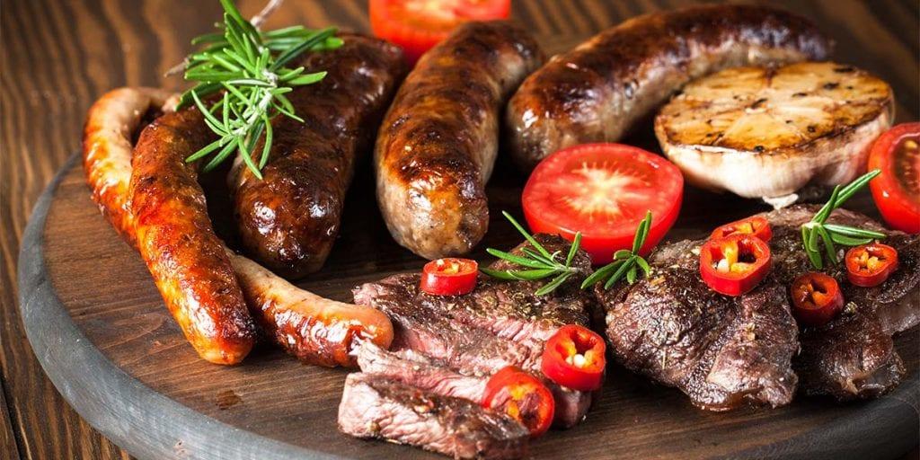 Si quieres darle a tu catering en Menorca un ambiente un poco más informal, ¡puedes atreverte con una barbacoa!