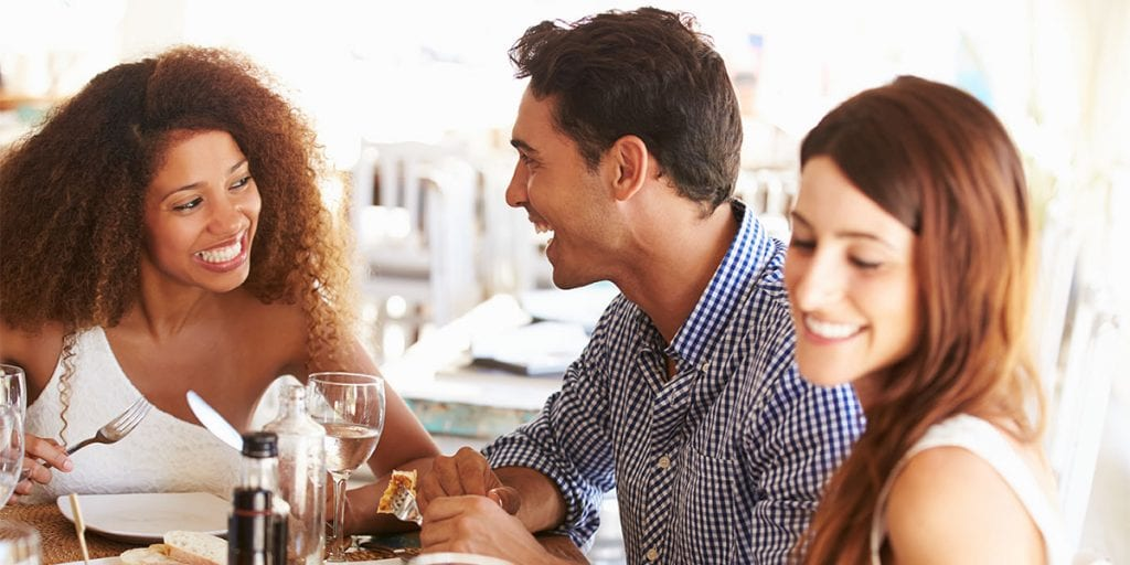 Propón un almuerzo informal o un cóctel a media tarde donde tus trabajadores puedan moverse libremente y contarse las anécdotas del verano
