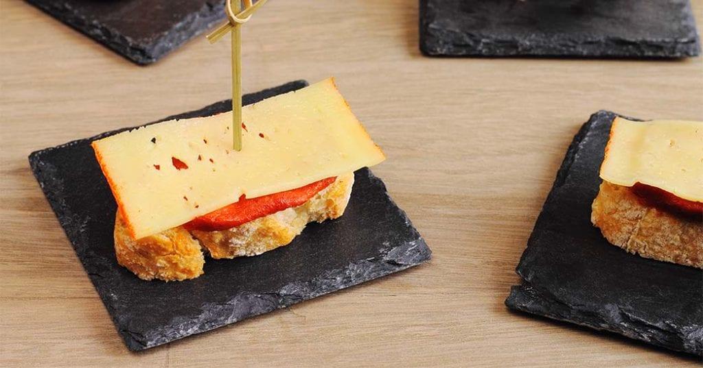 Tostas de sobrasada y queso de Mahón, mini-cazuelas de caldereta de langosta, croquetas de embutidos menorquines, cartuchos de pescado frito local…