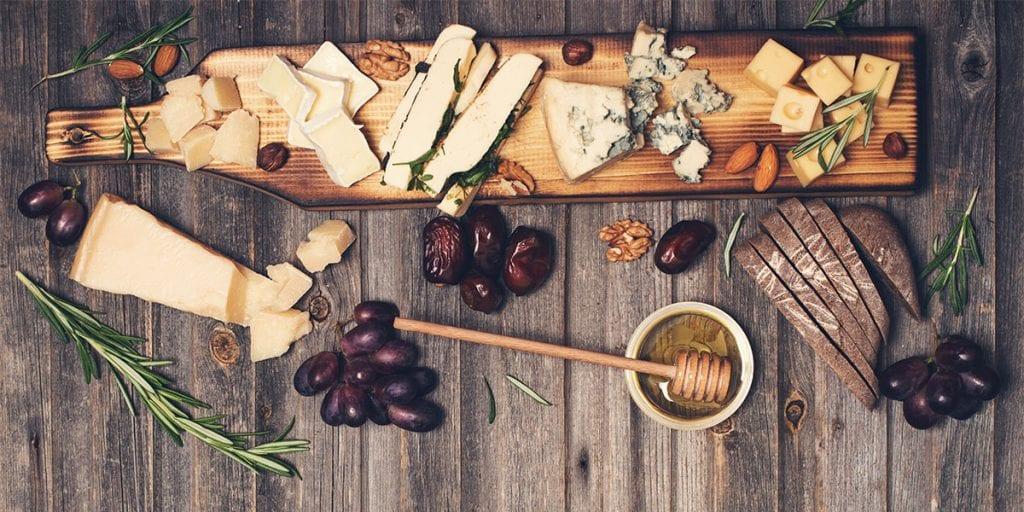 Puedes empezar con bandejas de embutidos locales y queso de Mahón, y acompañarlo con vinos de la denominación Vi de la Terra Illa de Menorca.