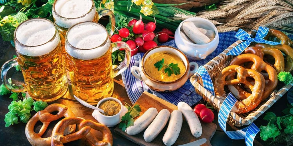Para comer, puedes servir salchichas bratwurst con chucrut y acompañarlas con pretzels, unos deliciosos lazos de pan salados