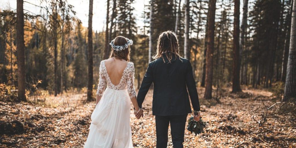 Traje de novia con mangas largas para una boda otoñal y atípica en Menorca