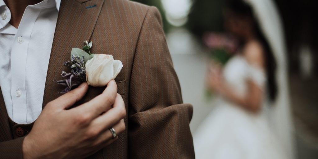 Novio en tweed para boda otoñal en Menorca