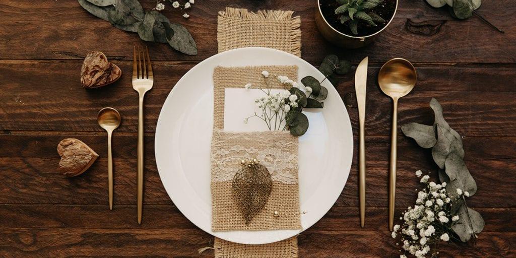 Decora la mesa con motivos y colores invernales