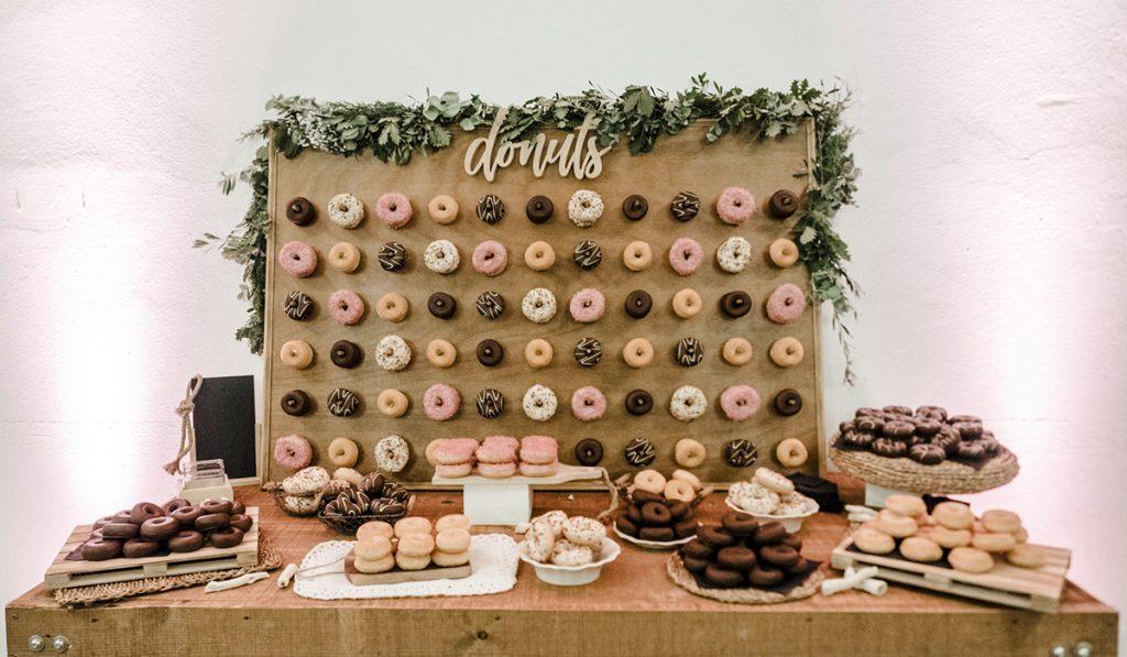 Catering de boda con mesa de donuts variados