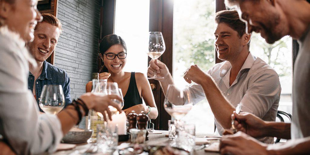 Cena íntima con amigos y familia