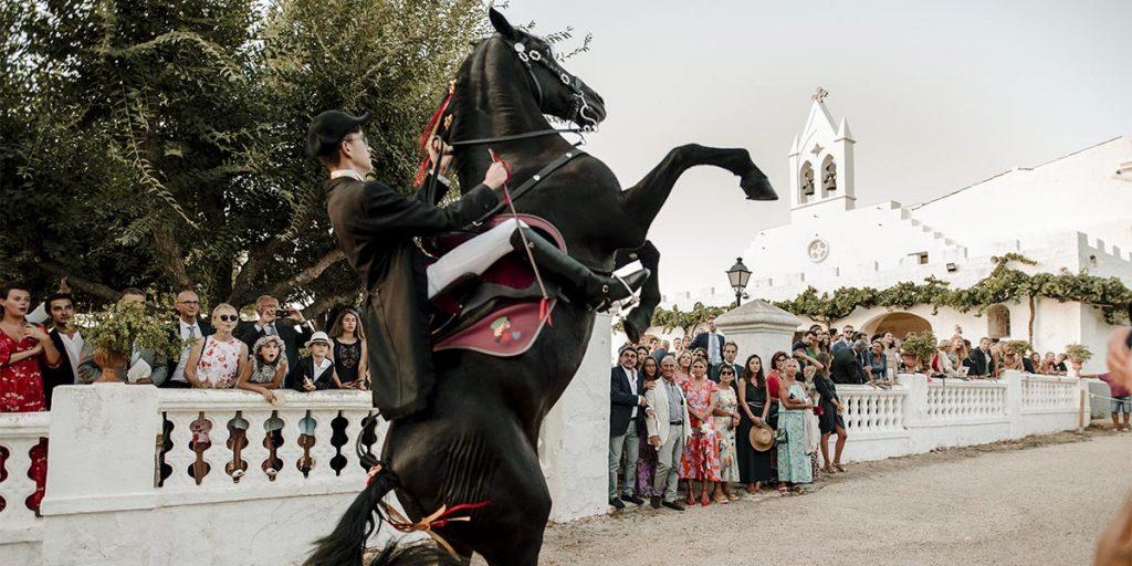 boda menorquina con caballos